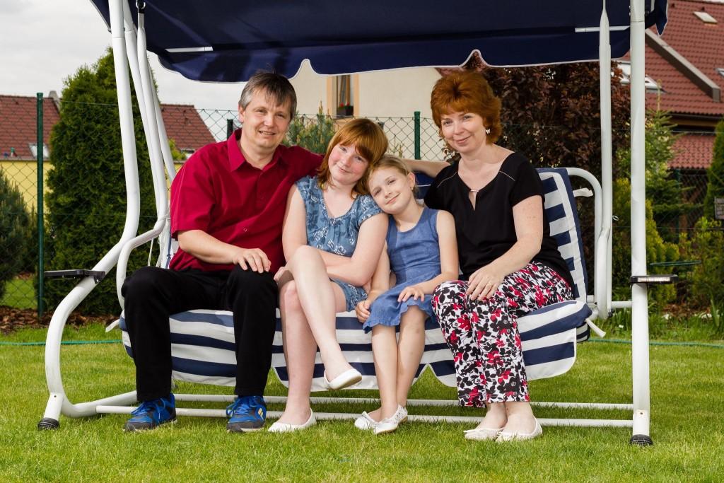 Spokojená rodina na houpačce