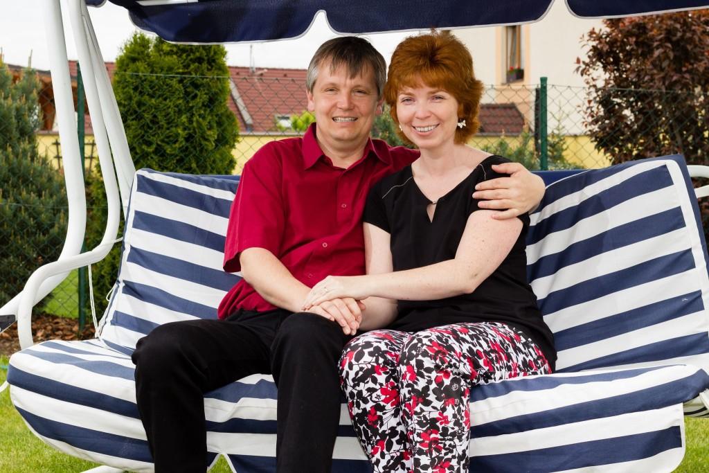 Manžel s manželkou na houpačce