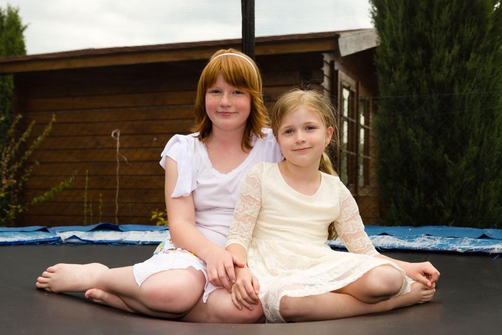Dvě dívky sedí na trampolíně