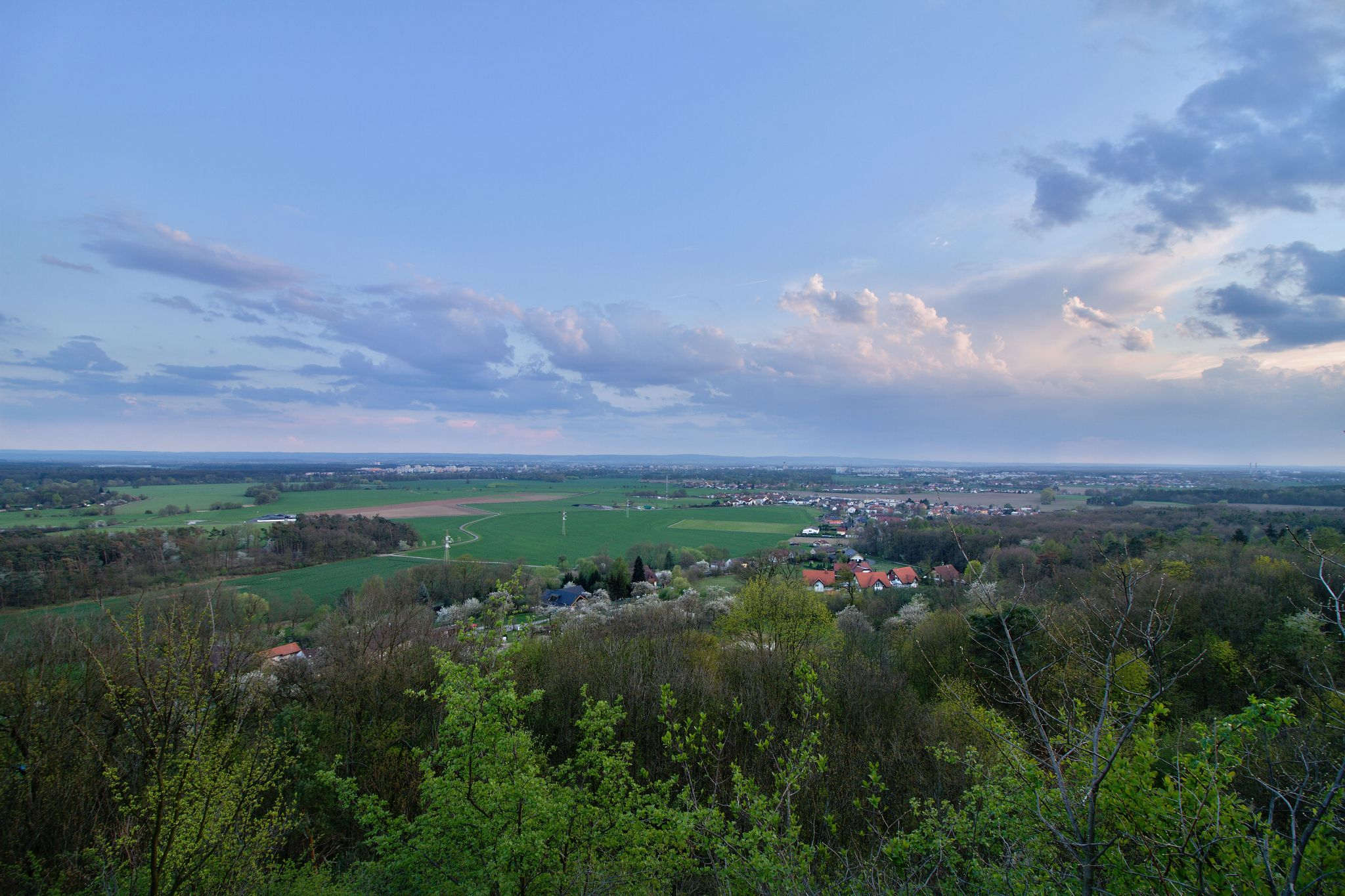 Výhled na Pardubice z vyhlídky na Kunětické hoře