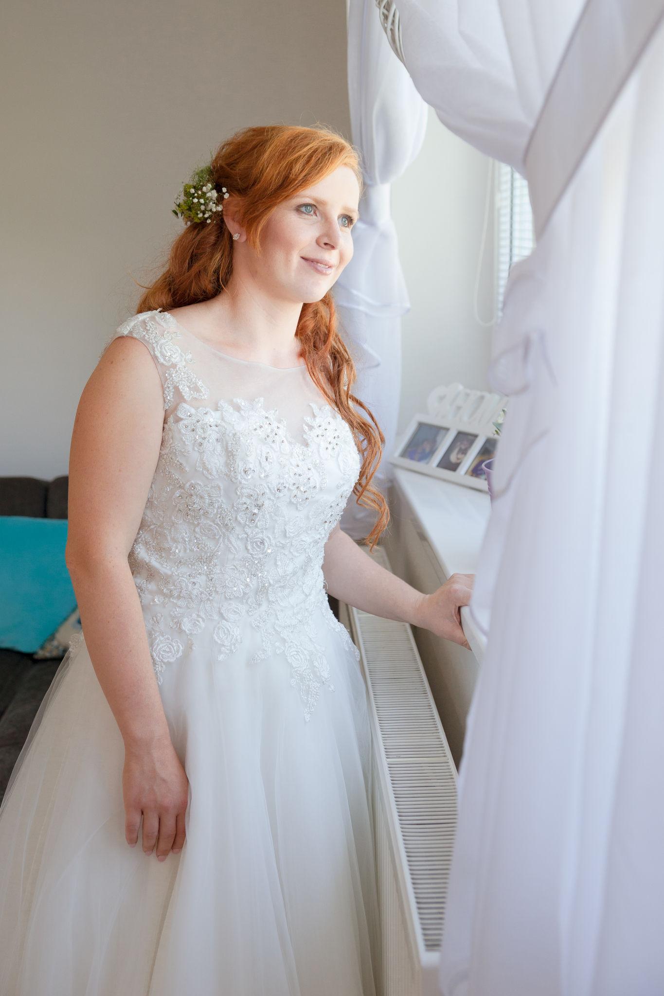 Nevěsta kouká z okna, fotograf Břetislav Válek