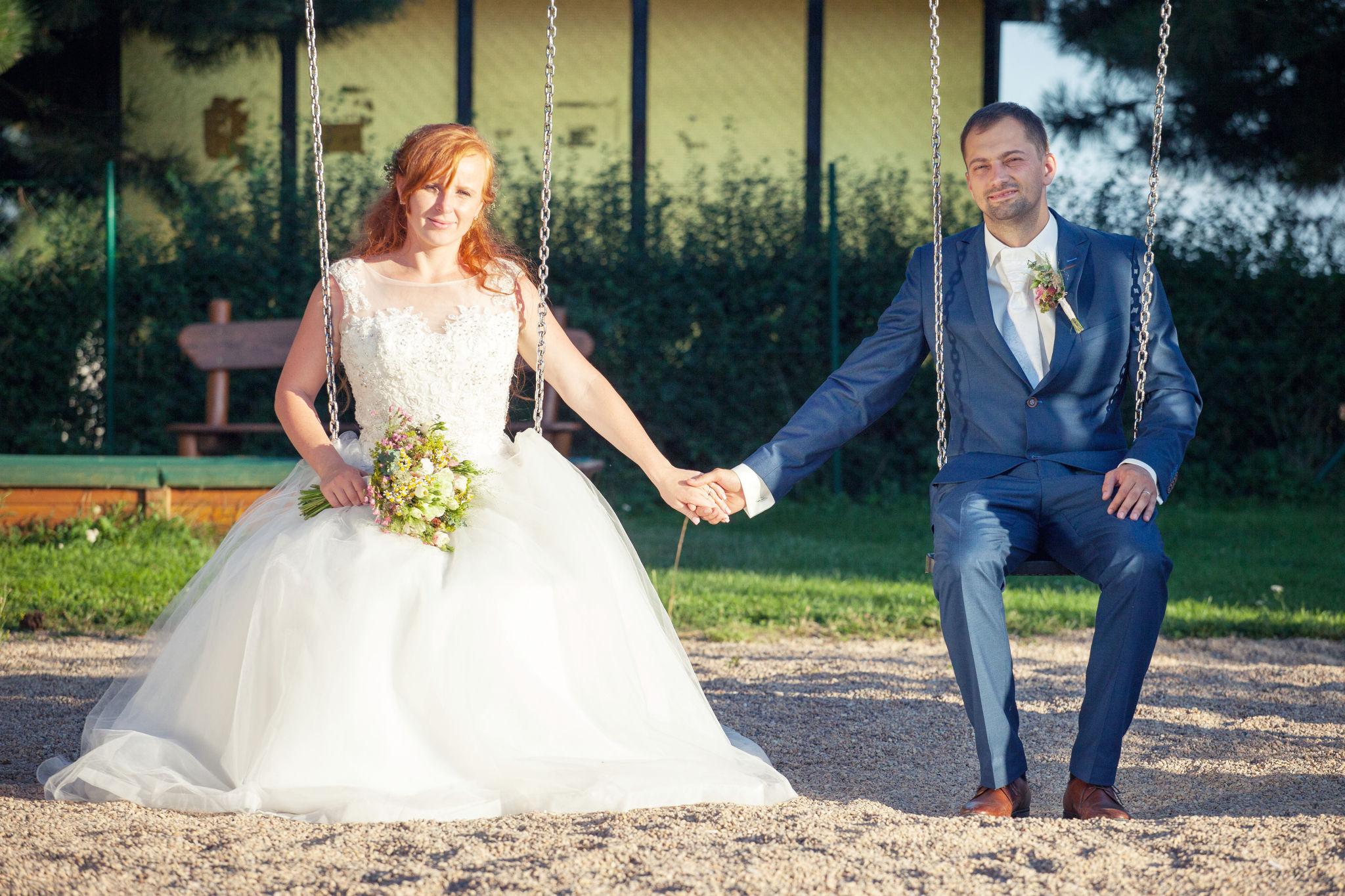 Nevěsta a ženich na houpačce, fotograf Břetislav Válek