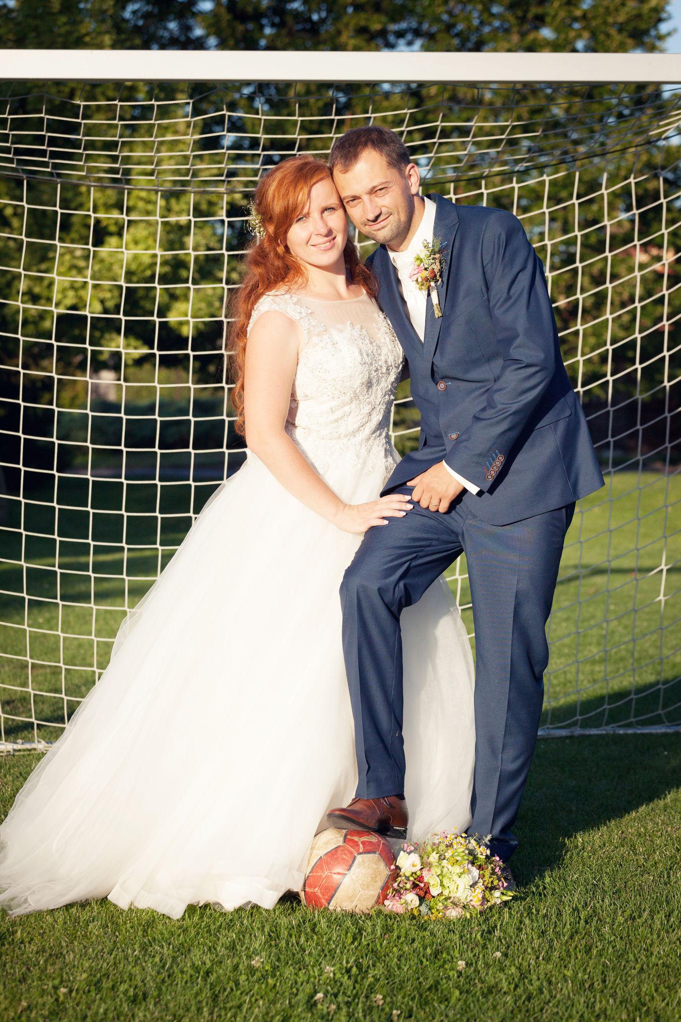 Nevěsta a ženich v bráně, fotograf Břetislav Válek