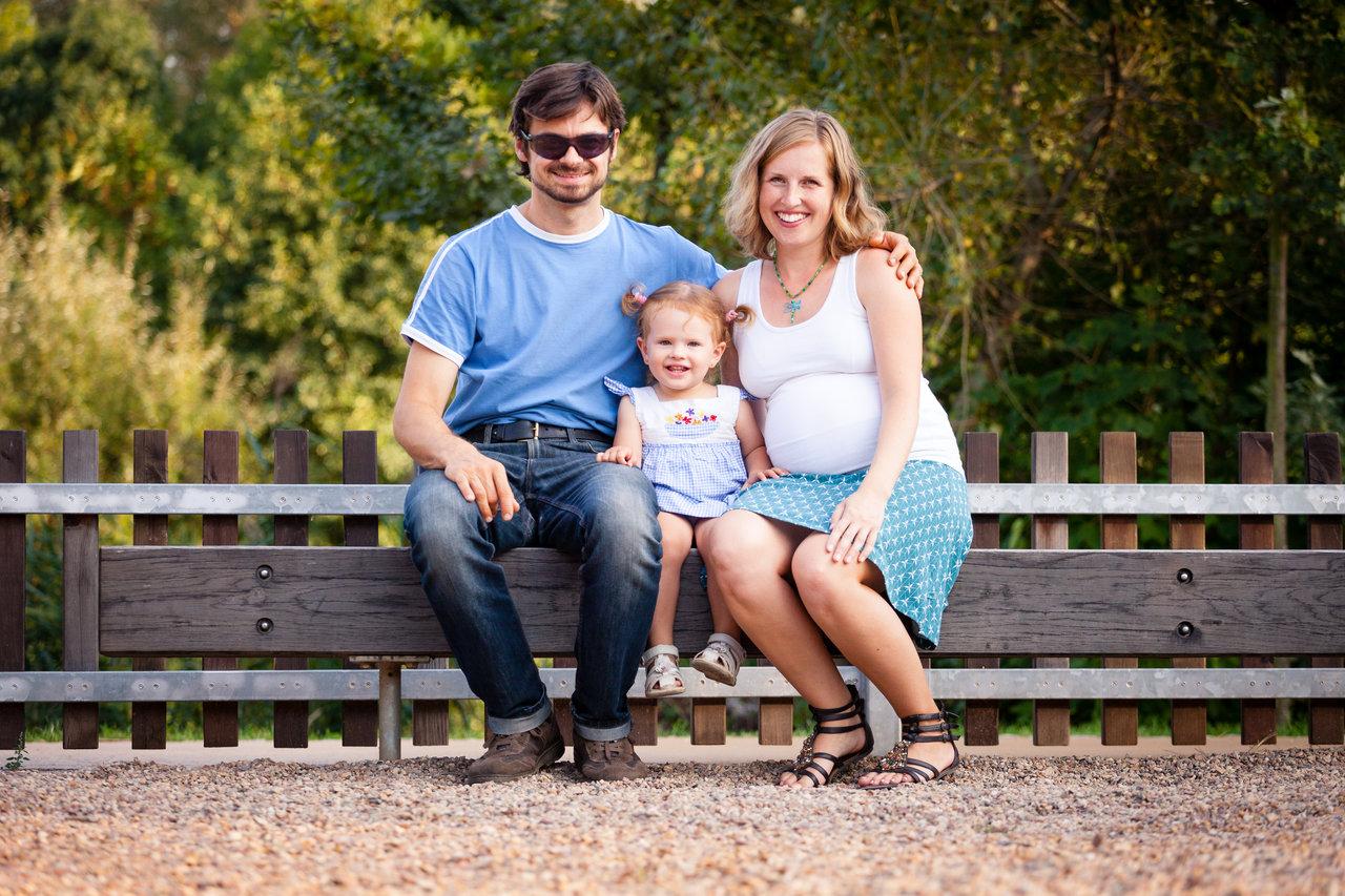 Tatínek, maminka a malá dcera na lavičce