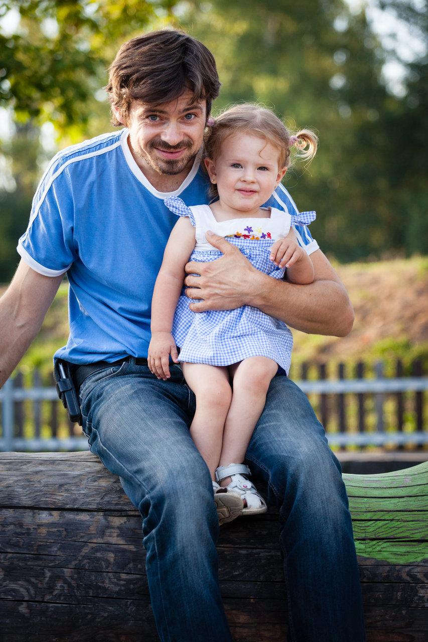 Tatínek sedí s dcerou