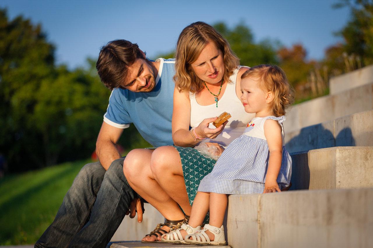 Rodinka na schodech u řeky