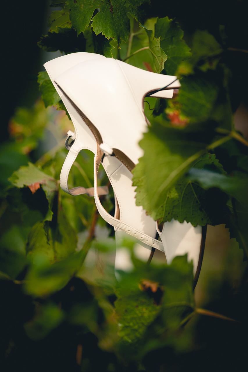 Detail na svatební boty nevěsty, vinná réva