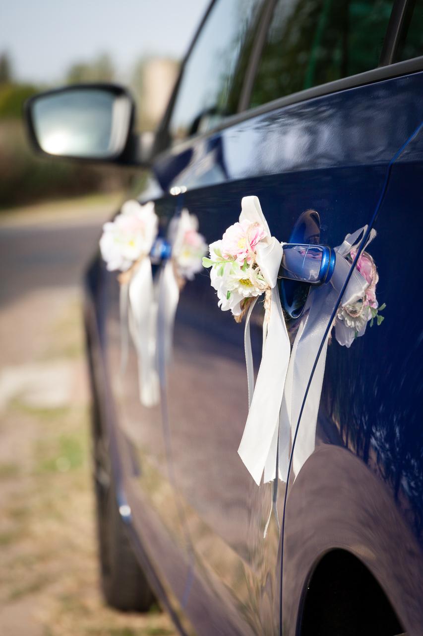 Ozdobná svatební dekorace na klice auta ženicha