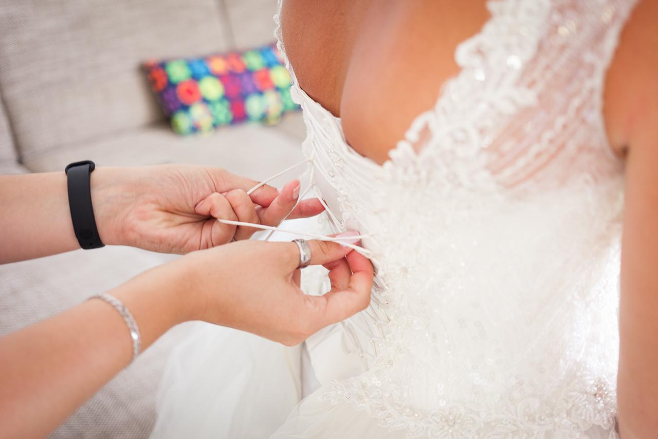 Detail zavazování šatů nevěsty