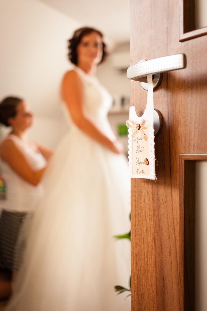 Detail na svatební dekoraci v pozadí s nevěstou