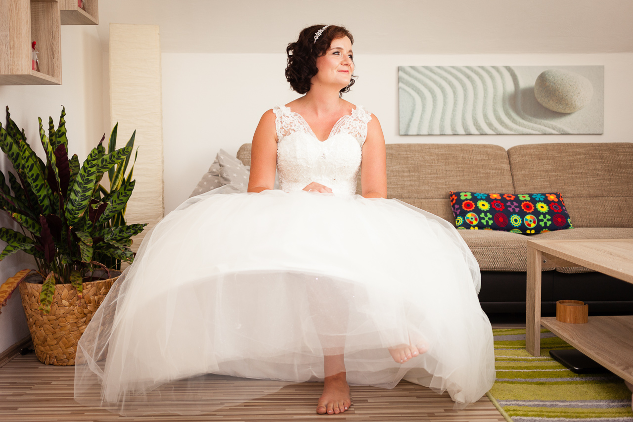 Nevěsta sedí na gauči v obývacím pokoji