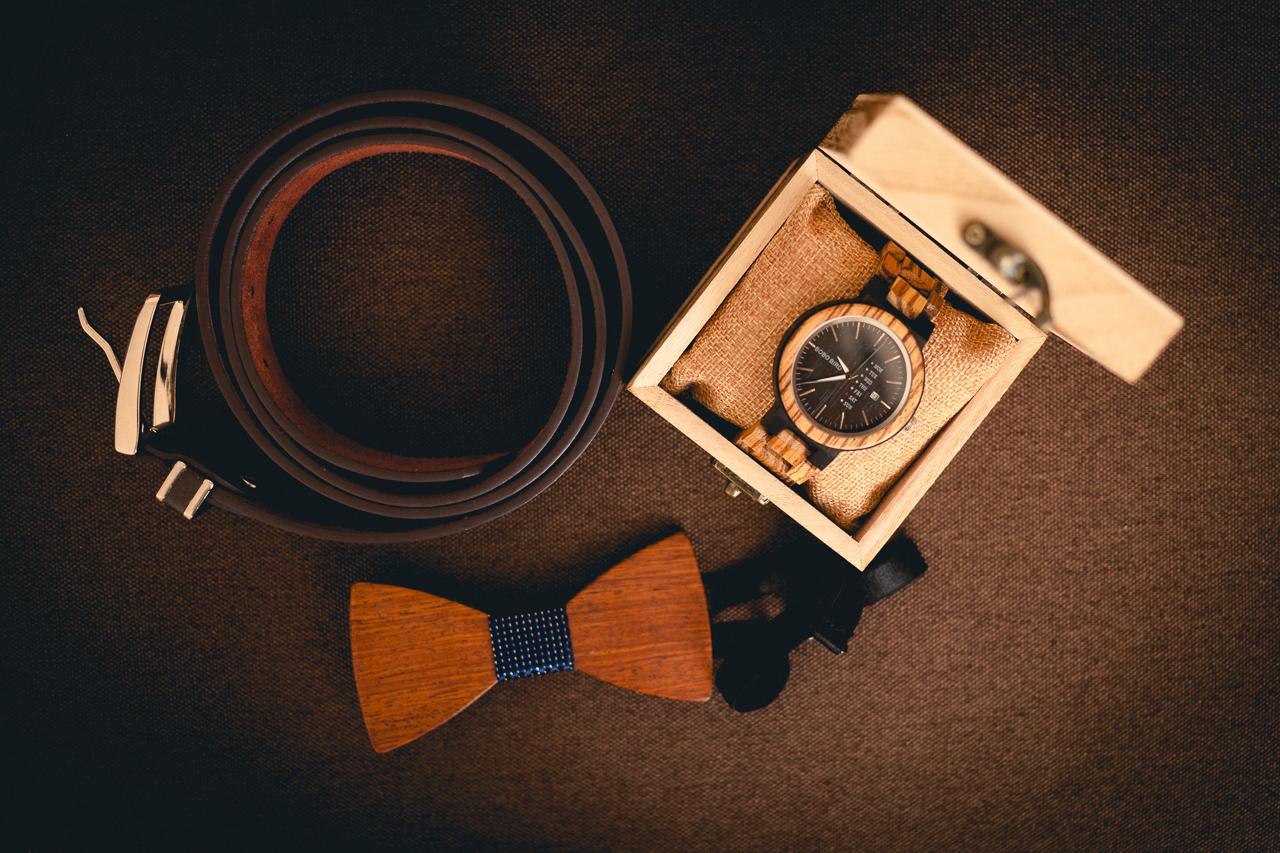 Detail na pásek, hodinky a motýlka