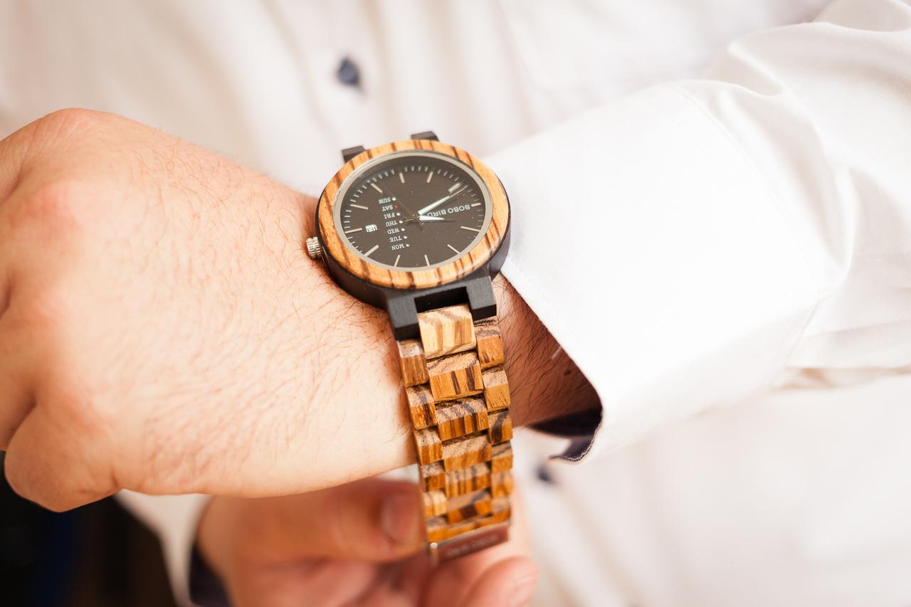 Detail ruky ženicha, jak si zapíná hodinky