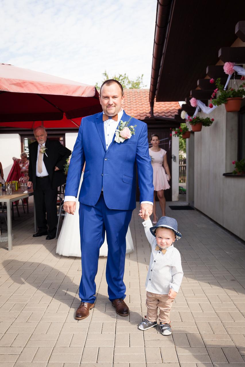 Ženich se synem čekají na nevěstu