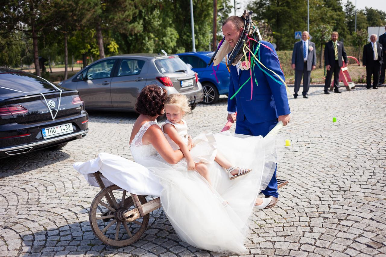 Ženich veze nevěstu s dcerou na trakaři