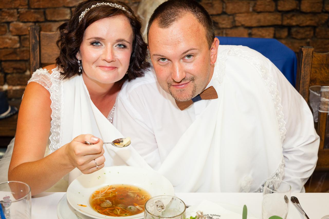 Nevěsta se ženichem jedí společně polévku