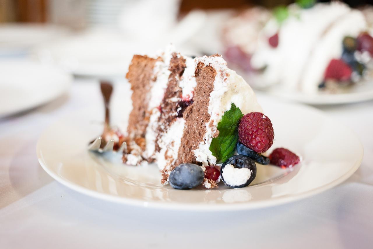 Kousek svatebního dortu na talíři