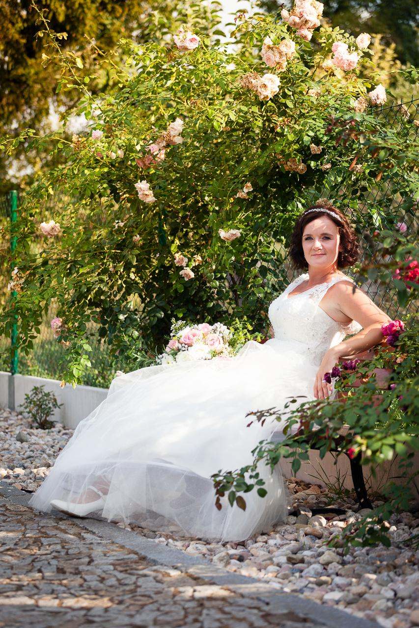 Nevěsta na lavičce, portrét
