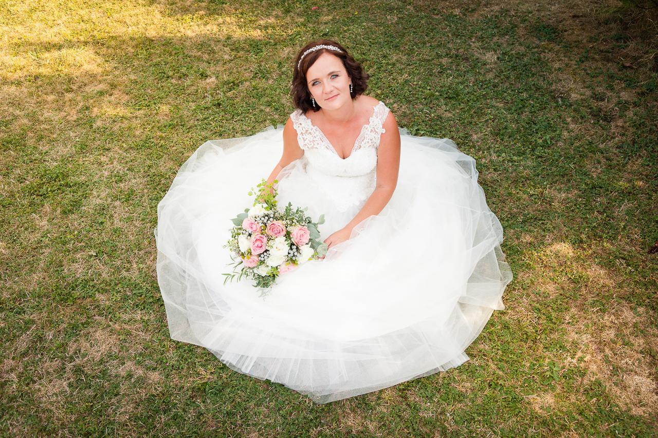 Portrét nevěsty s kyticí shora