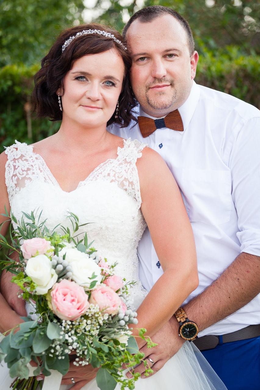 Svatební portrét, nevěsta, ženich, kytice