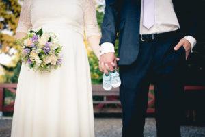 Nevěsta a ženich čekají miminko