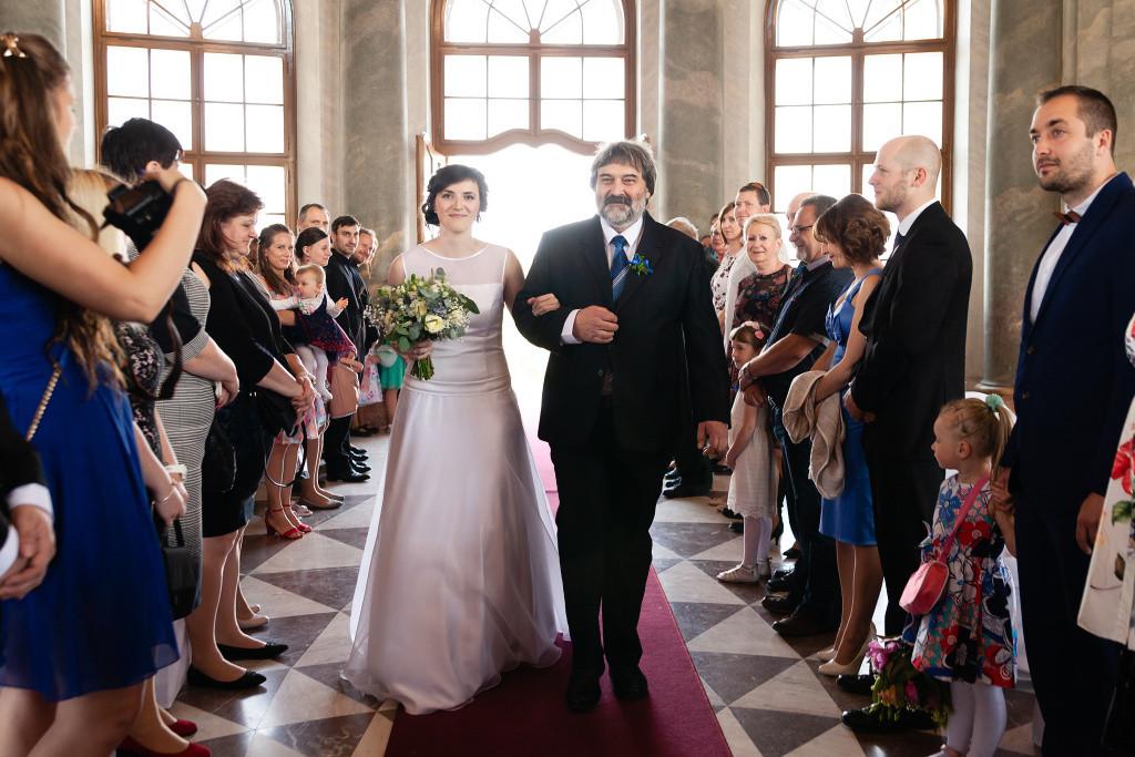 Tatínek vede nevěstu k oltáři, svatba