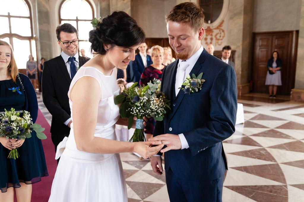 Nevěsta navléká ženichovi prstýnek, Mramorový sál, Karlova Koruna, svatba