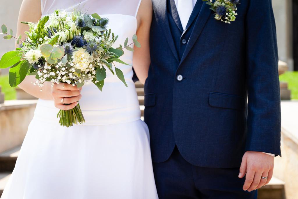 Detail, objetí nevěsty a ženicha