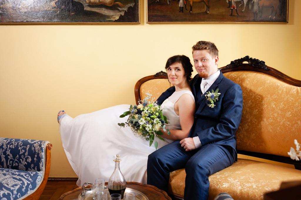 Nevěsta a ženich sedí v křesle, Karlova Koruna, Chlumec nad Cidlinou