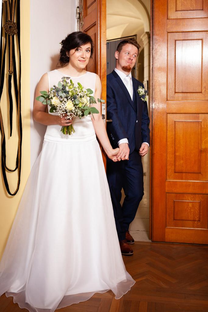Nevěsta a ženich se drží za ruce, Karlova Koruna, Chlumec nad Cidlinou
