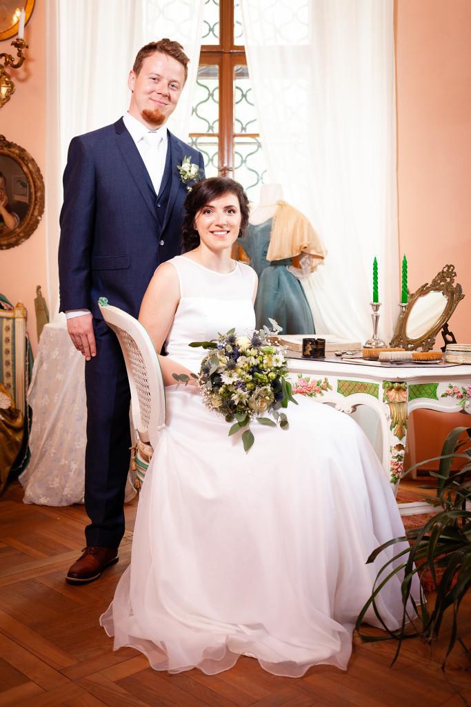 Nevěsta sedí v křesle, ženich stojí za ní, Karlova Koruna, Chlumec nad Cidlinou
