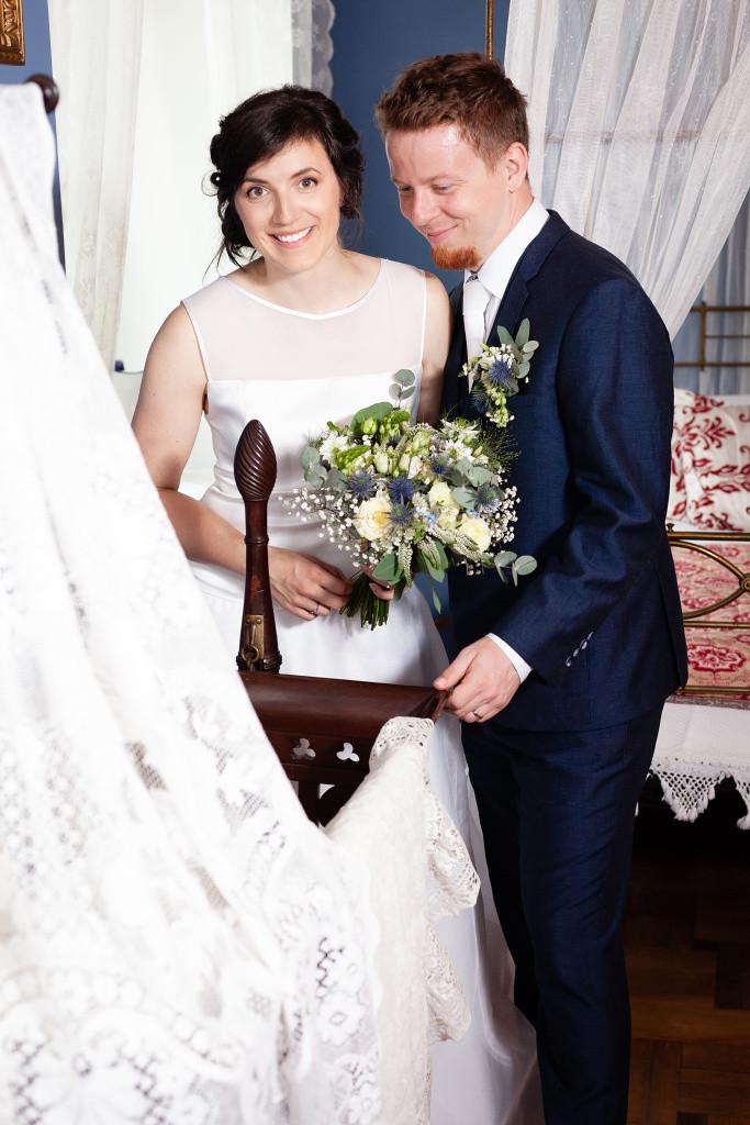 Nevěsta se ženichem koukají do kolébky, Karlova Koruna