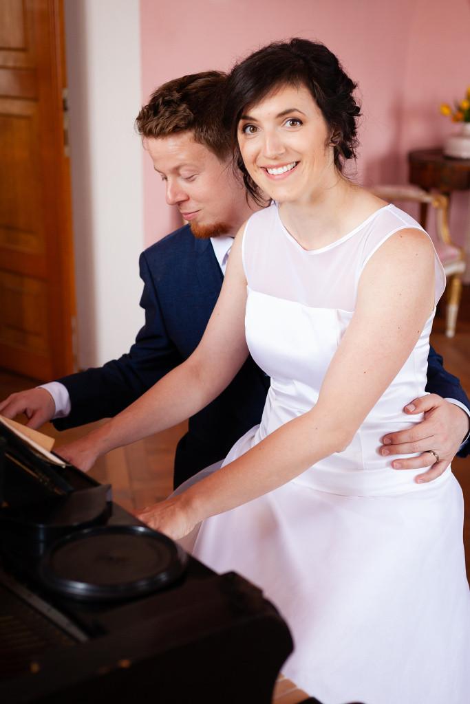 Nevěsta se ženichem hrají na piáno, Karlova Koruna