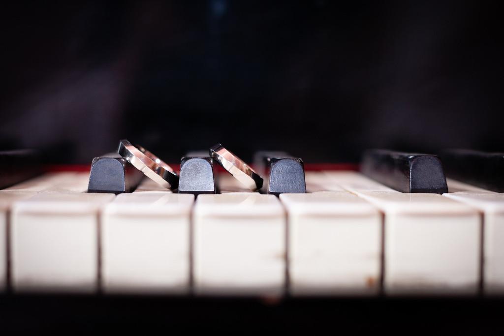 Svatební prstýnky na klaviatuře, detail