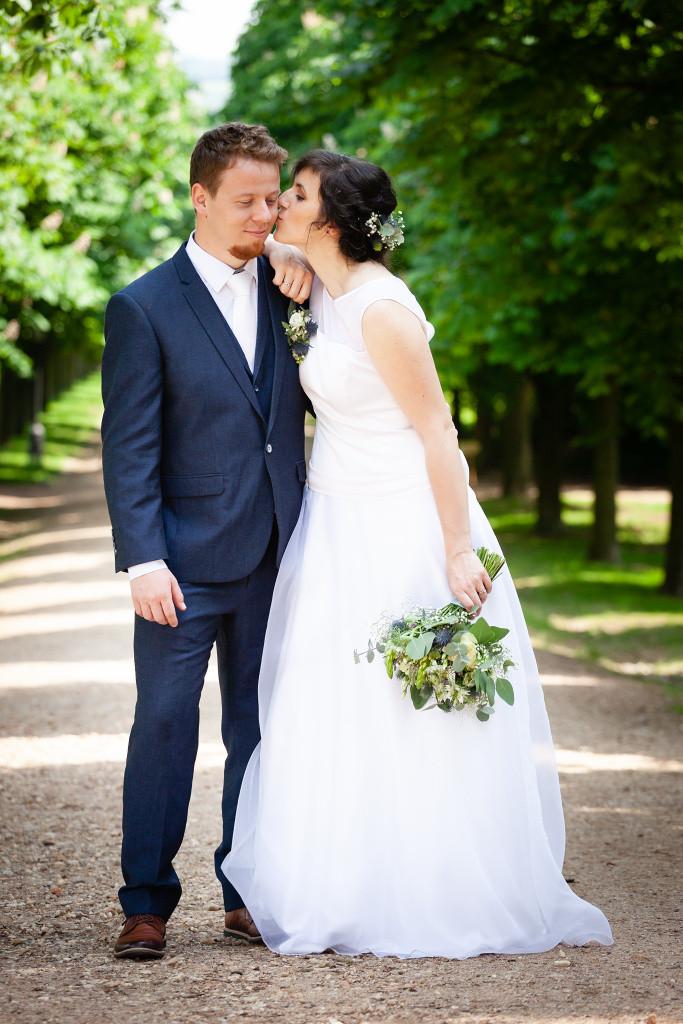 Nevěsta dává pusu ženichovi na tvář, Karlova Koruna