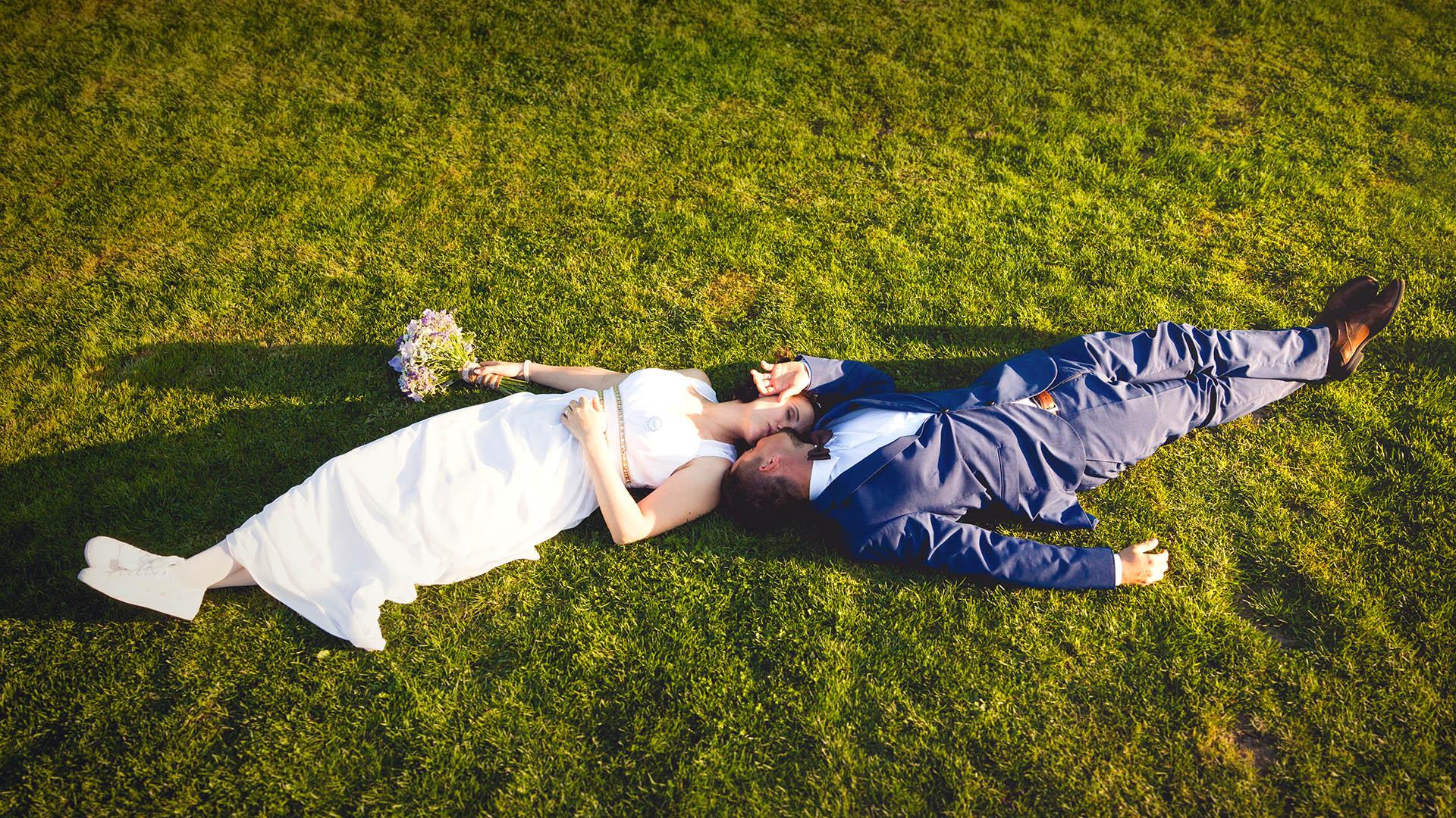 Nevěsta se ženichem leží v trávě