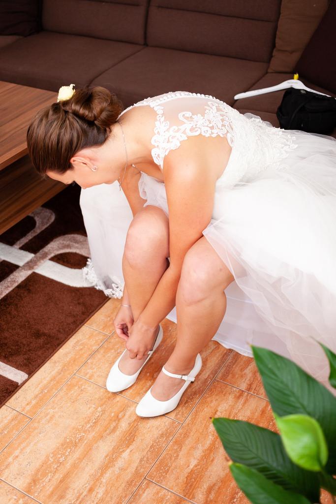 Nevěsta se obouvá