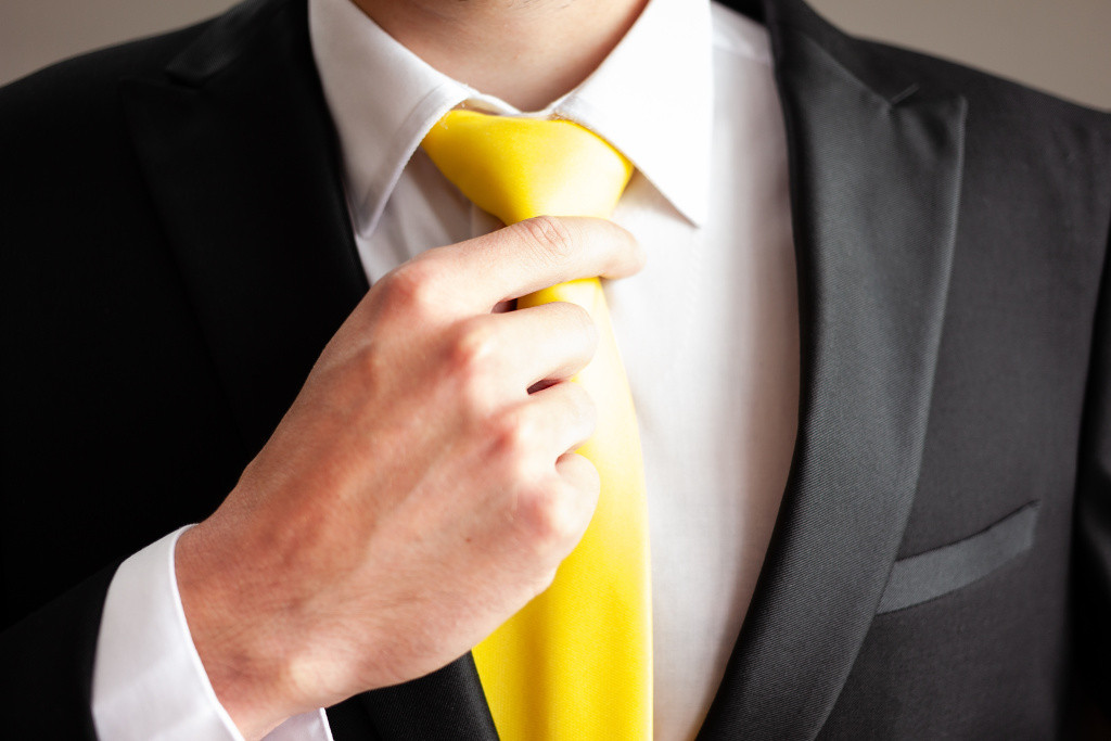 Ženich si upravuje kravatu, detail