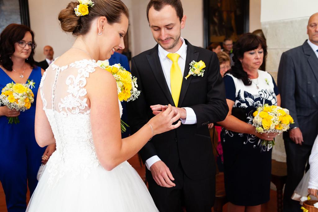Nevěsta navléká prstýnek ženichovi