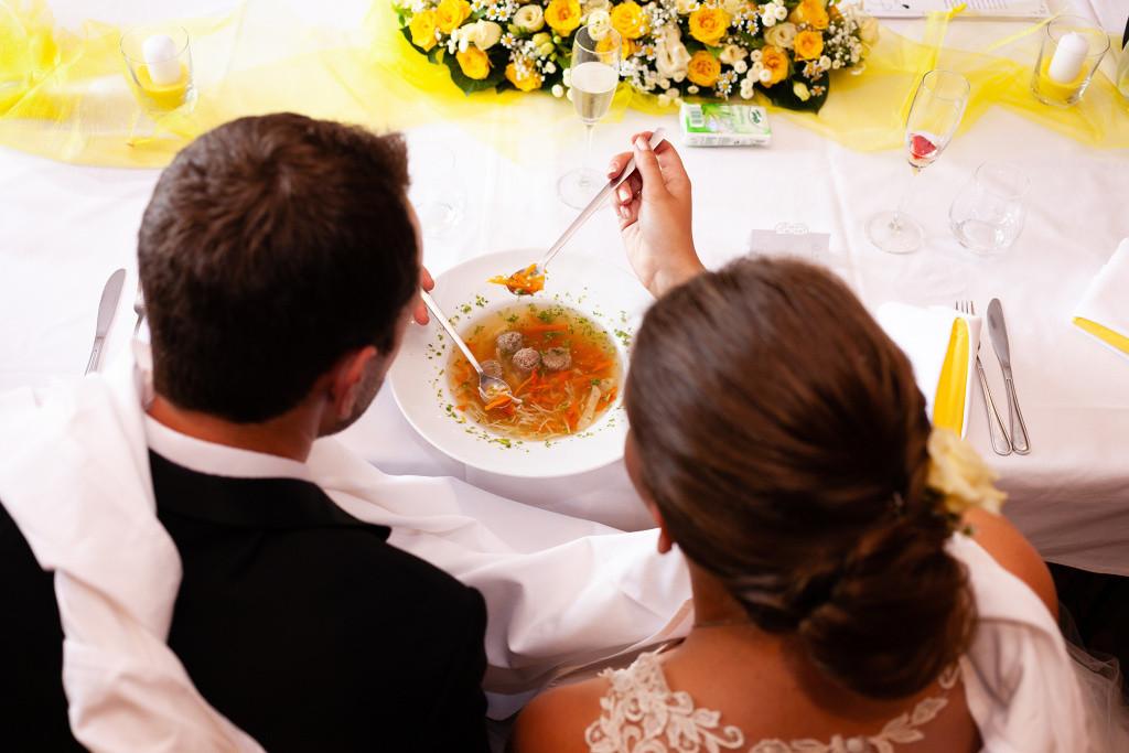 Nevěsta se ženichem jedí polévku