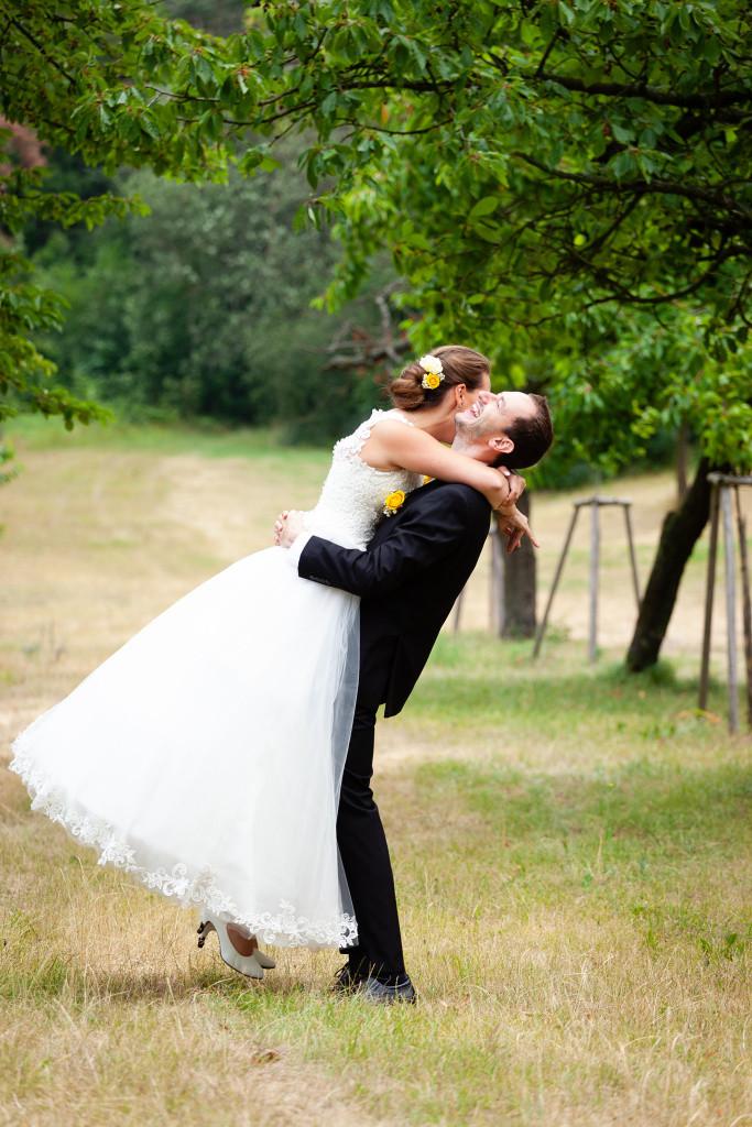 Ženich zvedá nevěstu