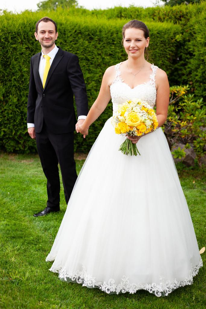 Svatební portrét v trávě