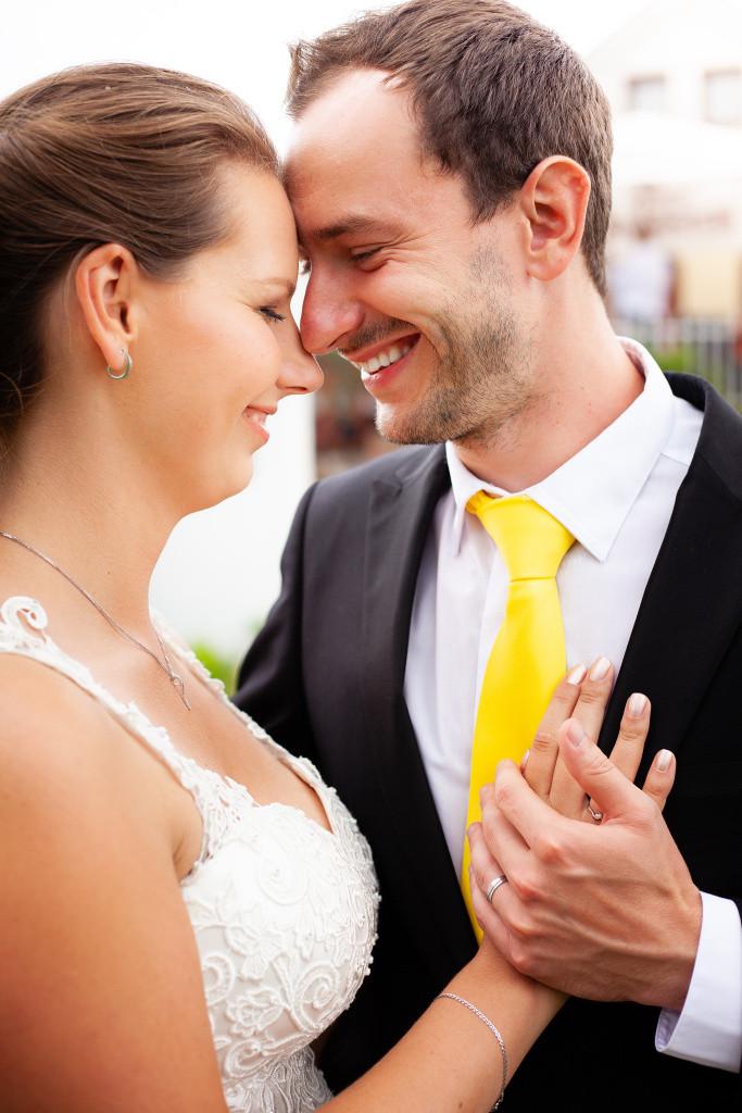 Nevěsta se ženichem se dotýkají čely