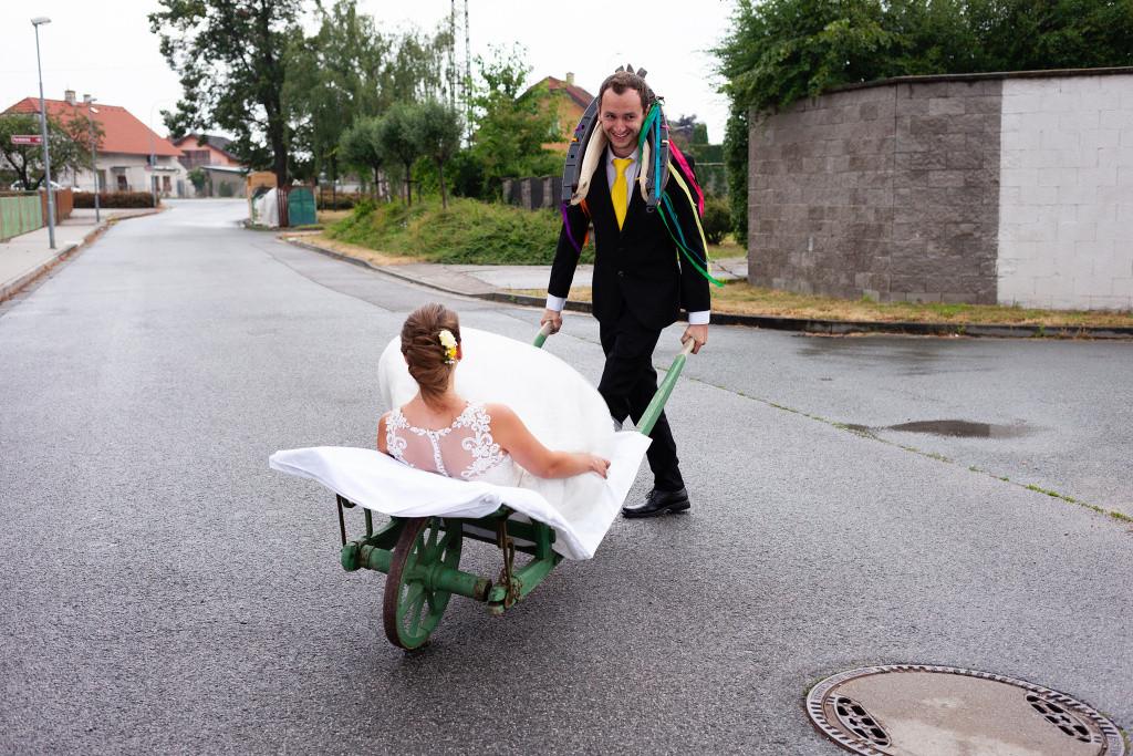Ženich veze nevěstu na trakaři
