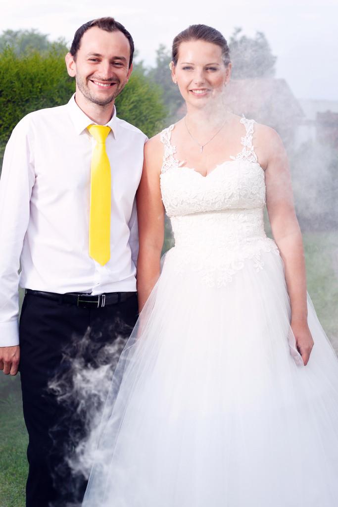 Nevěsta a ženich, fotka s dýmovnicí