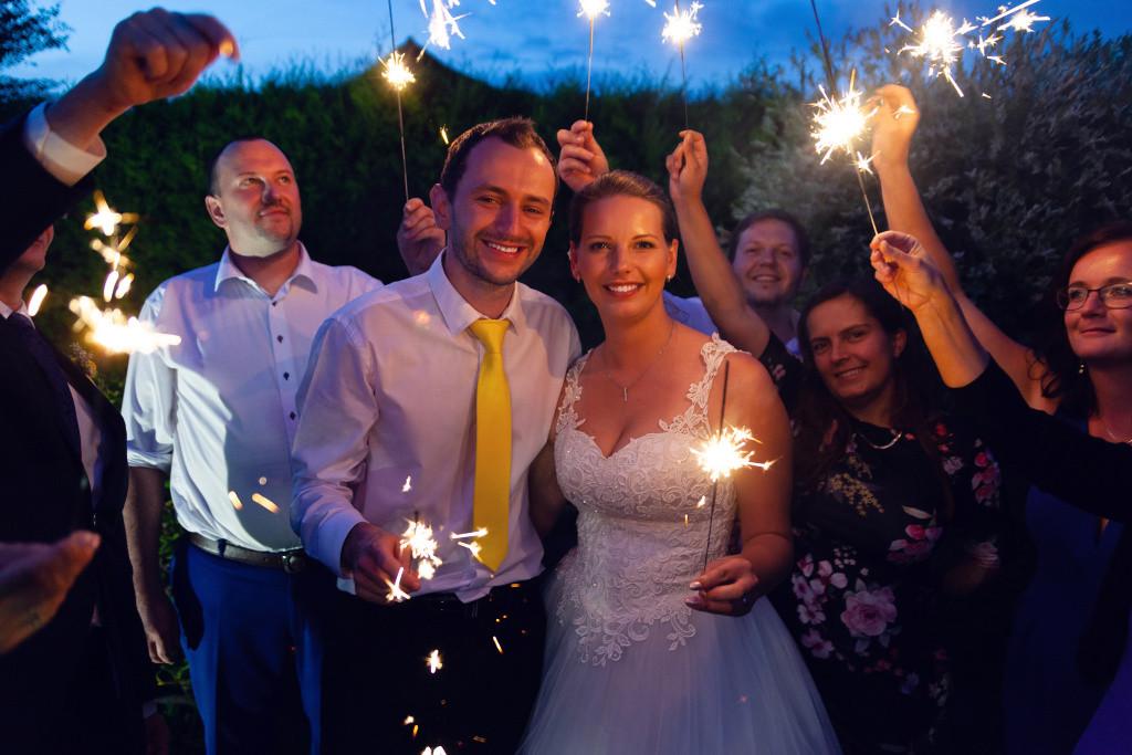 Nevěsta a ženich s prskavkami
