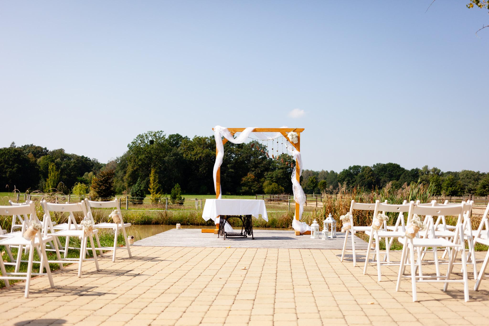Molo se svatební bránou a obřadním stolkem
