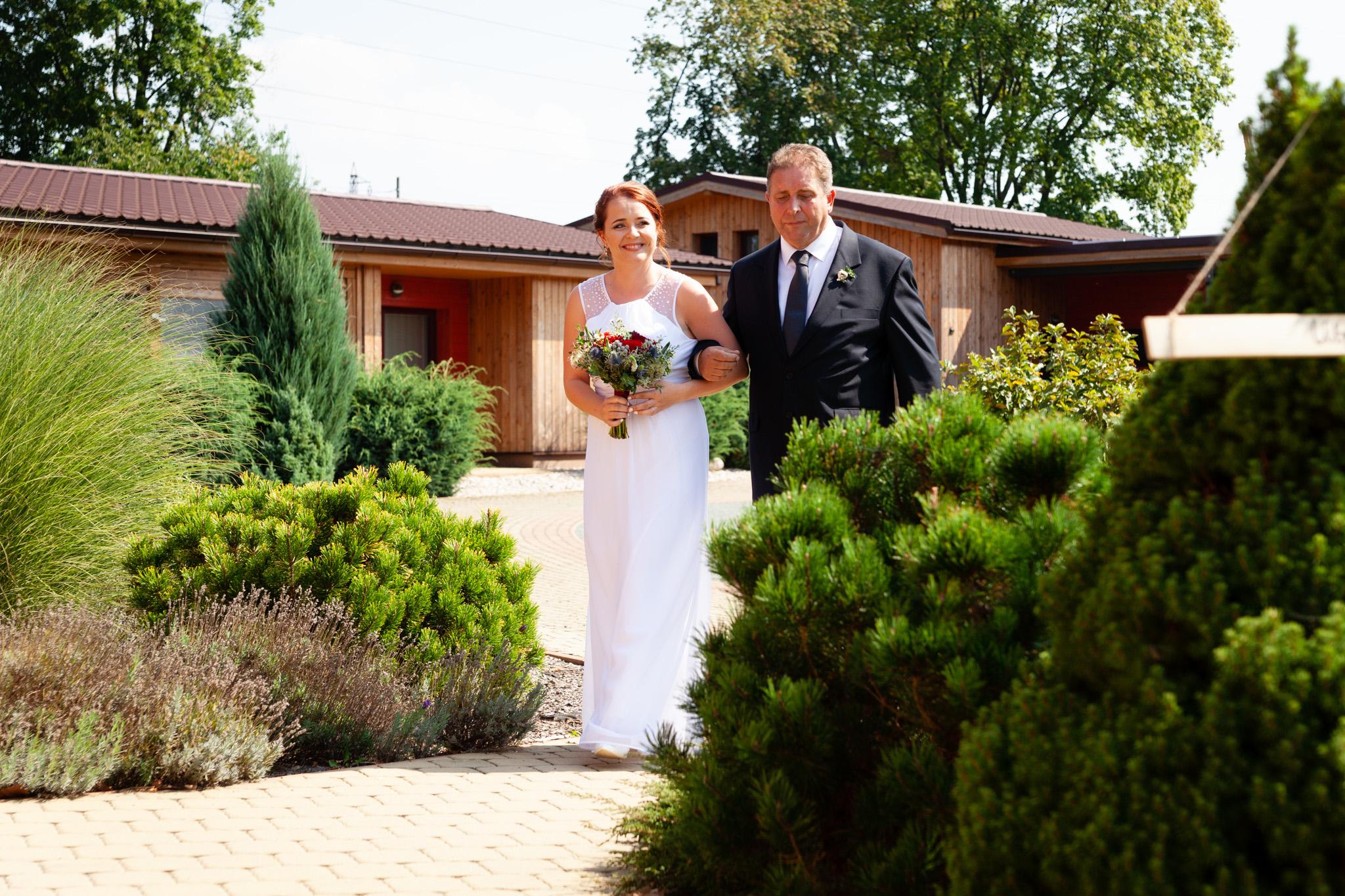Tatínek vede nevěstu k obřadu