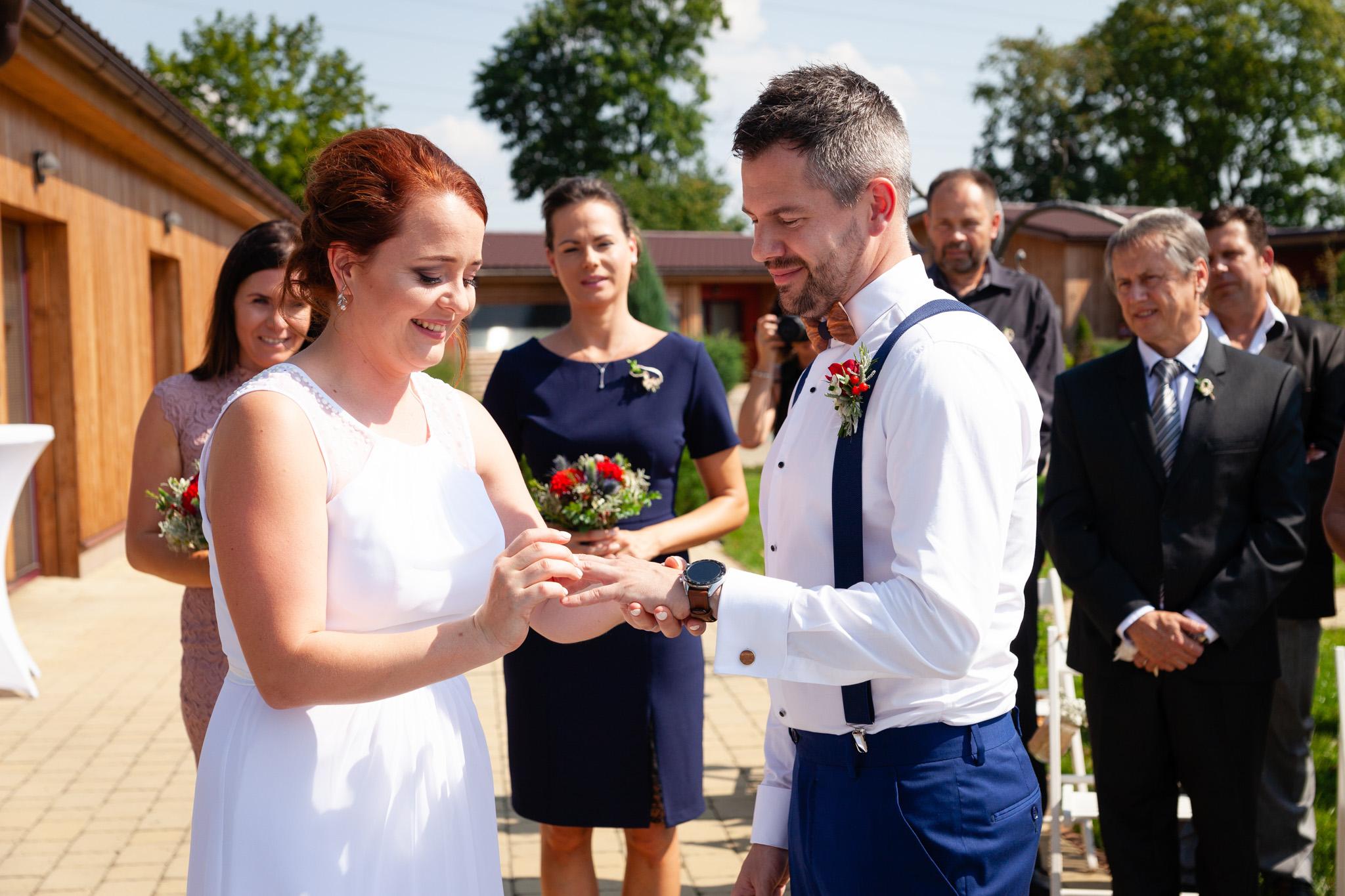 Nasazování prstýnku ženichovi