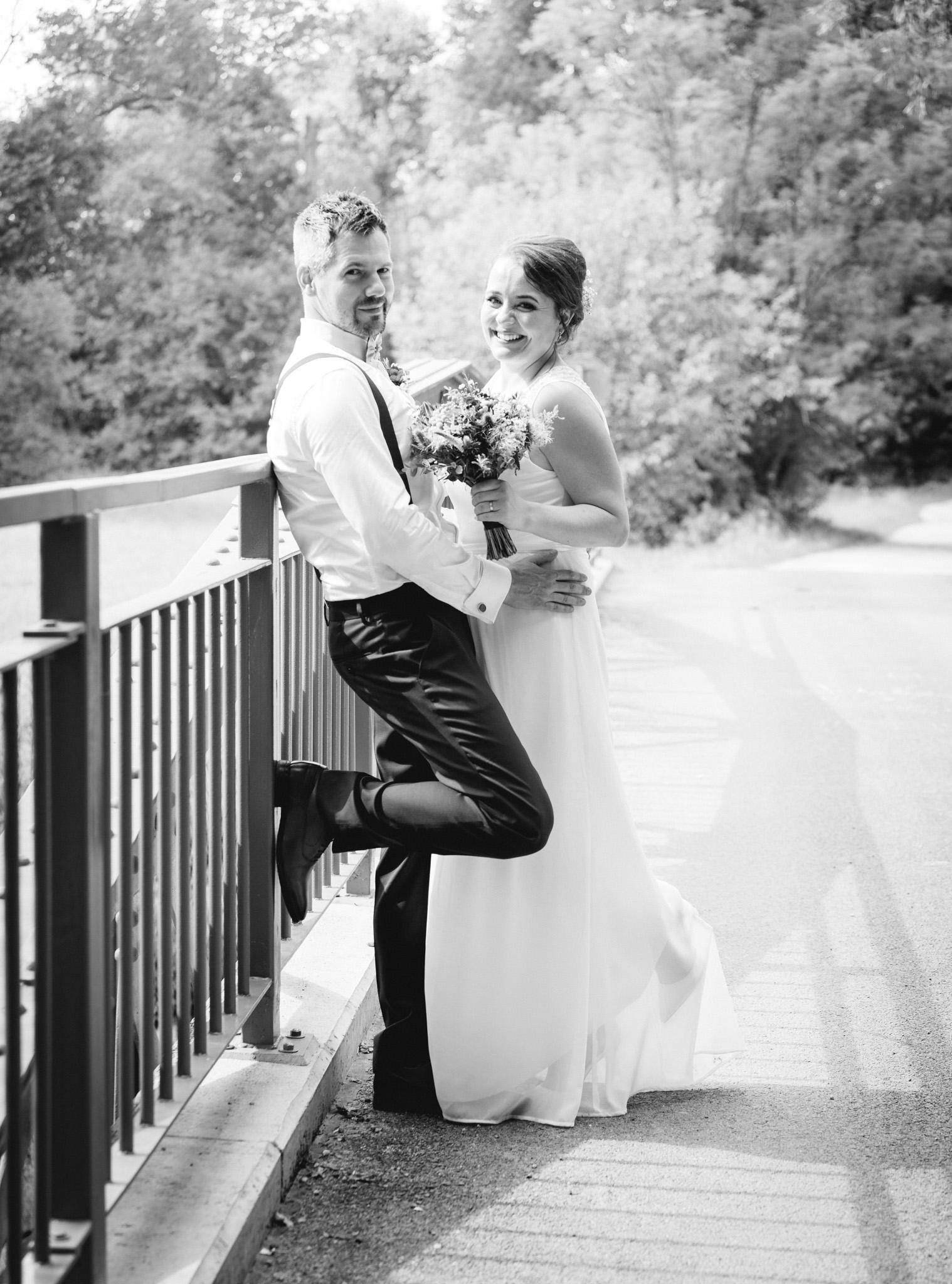 Portrét nevěsty a ženicha u zábradlí